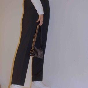 Ett par perfekta randiga kostymbyxor, en rak modell något smalare och längre i benen. En byxa som är anpassningsbar, passar både till fest men också vardags!!🥰 Modellen på bilden är 176 cm lång.