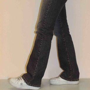En snygg byxa i en rak modell, en perfekt blå jeans-färg som går att matcha med det mesta!!🥰🥰 Modellen är 171 cm lång.