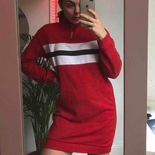Röd hoodie/klänning, knappt använd