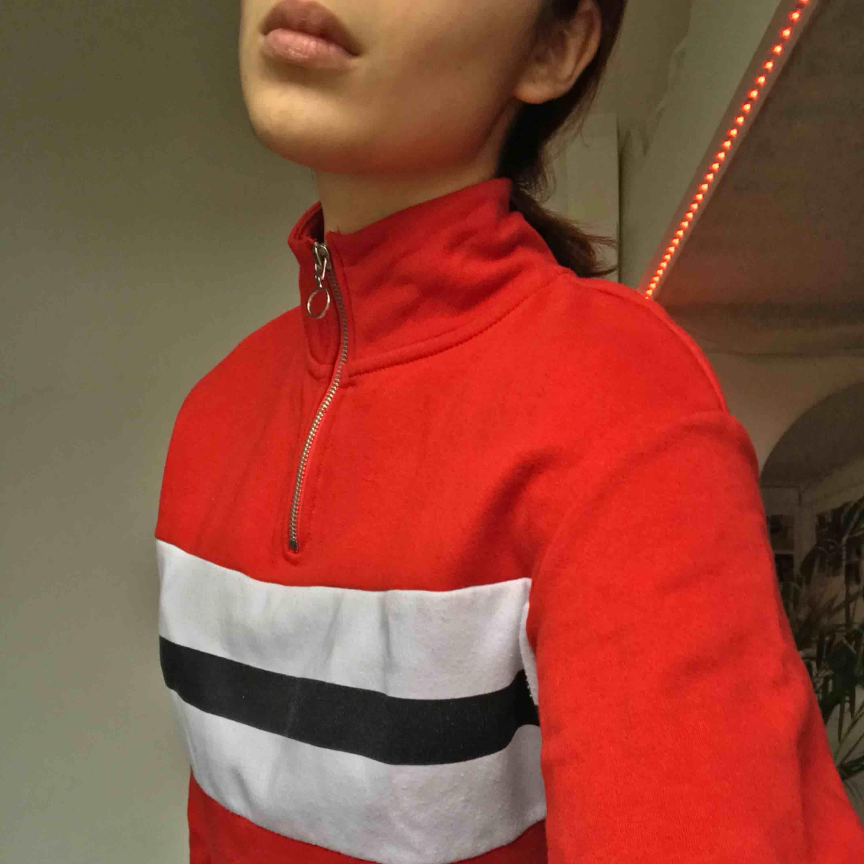Röd hoodie/klänning, knappt använd. Huvtröjor & Träningströjor.