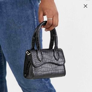 Säljer denna väska från Asos. Aldrig använd.  Endast swish och fraktar bara.
