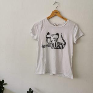 H&M t-shirt med tryck! Knappt använd!