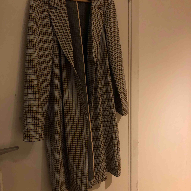 Jätte fin lång kappa från H&M. Materialet är rätt tunt men fungerar utmärkt nu till hösten med en hoodie eller tjockare tröja under! Storlek 44 men passar mig som vanligtvis har 36/38 (S/M). Jackor.