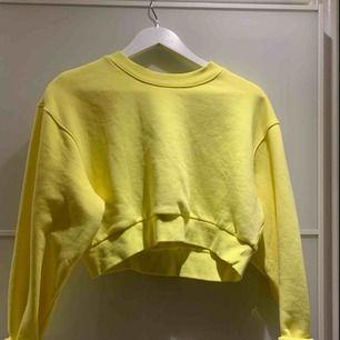 Säljer denna gula croppade sweatshirten från Weekday. Säljer på grund av att jag aldrig använder denna. Den är också oanvänd! Frakt tillkommer
