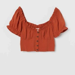 Söt topp från H&M, mörkorange/ rost färg!   Frakt inkluderad i priset! ✨