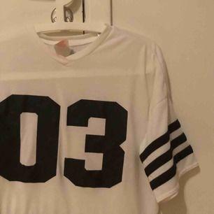 Cool t-shirt från adidas! Mycket fint skick!:)