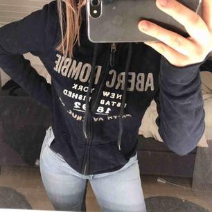 Marinblå hoodie ifrån Abercrombie