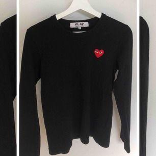 Comme des garcons långärmad tröja ❤️🖤 säljer pga att den tyvärr är för liten för mig! Den passar mer en XS-S. Superfin och skön och 100% ÄKTA!! Går att skicka fler bilder om det önskas