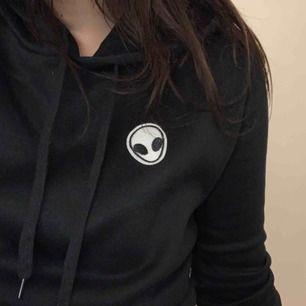 Mysig hoodie med Alienbrodyr på vänstra sidan. Storlek M. Aldrig använd, vilket också är anledningen till att jag säljer. Frakt tillkommer :)