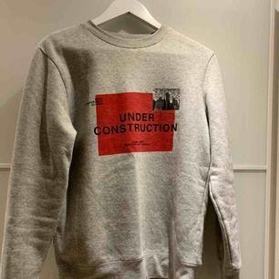 En väldigt mysig och fin sweatshirt från HM. Köpt på herravdelningen. Är en XS, men passar större storlekar då den är från herravdelningen. Frakt tillkommer