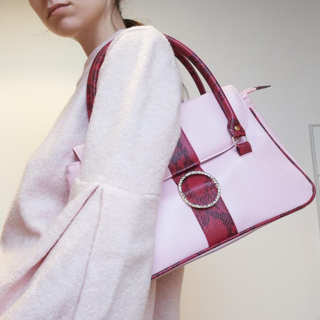 Ascool rosa liten väska med detaljer i rött ormskinn och strass-spänne med skimrande fake diamanter! Frakt 63 kr. . Väskor.