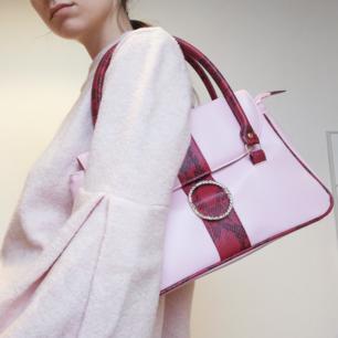 Ascool rosa liten väska med detaljer i rött ormskinn och strass-spänne. Frakt 63 kr.