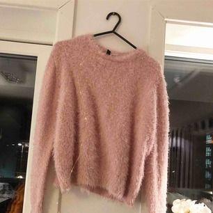 Super mjuk, varm och fluffig tröja perfekt nu till vintern👍🏻som ny, använd ca 2 ggr. Super fint skick! Passar dom flesta.🤩