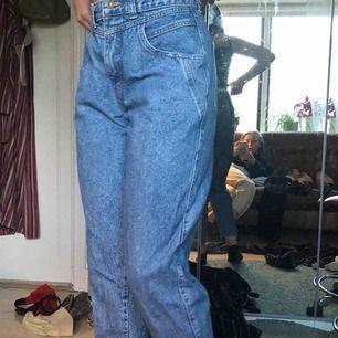 jeans från bluegrase med en liten lapp på fickan❤️ Jag är 170 och de är lite korta för mig men sitter bra. Kan skicka fler bilder om det behövs'