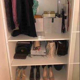 Hela garderoben syns inte! Men allt på bilden säljs!! Fråga om ni hittar något eller vill ha något! Jag säljer blandannat: smink, skönhet, bikinis, väskor, skor, jackor och byxor!