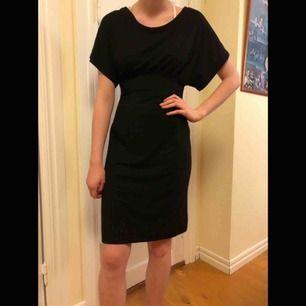 Svart klänning i mjuk bommul från okänt märke. Man får så fin figur i den! Skulle säga att den är storlek 36, men materialet är väldigt stretchigt så funkar som 38 också.