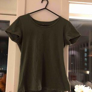 Super skön mörkgrön tisha ifrån cubus💕 it min klädstil tyvärr, därav säljer jag den. Som ny använd 1 gång! Super bra skick!