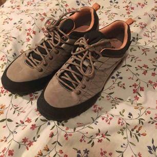 Jättefina skor med snören som matchar färgen på skorna. Knappt använda och i väldigt fint skick. Inga anmärkningar på deras utseende. Vid frakt står köparen för kostnaden 👼🏻