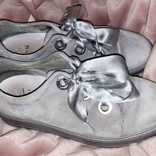 Skorna är i ljusgrå mocka och är från märket K cobler. De är i nyskick och är använda cirka 4-5 gånger.   Nyköpspris: 1299 kronor Storlek: 39