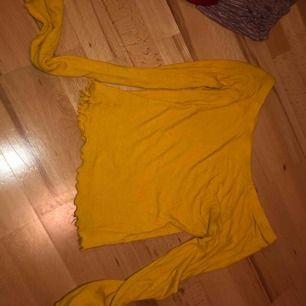 Gul ofshoulder från bikbok man kan  också ha tröjan vanligt vid axlarna men den är mer som en ofshoulder