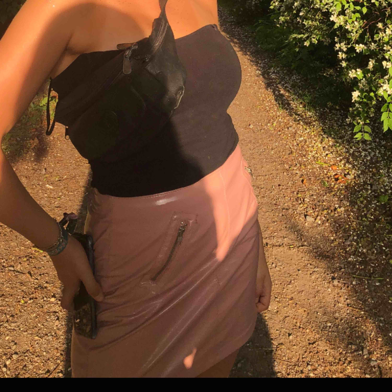 Säljer denna rosa lackkjol från forever 21. Frakt 59kr. Perfekt till temafest eller annan fest😘. Kjolar.