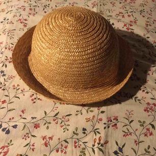 Himla fin stråhatt från monki! Perfekta accessoaren till en somrig outfit (vintern varar tyvärr inte för alltid!) jättefint skick och den har knappt blivit använd. Vid frakt står köparen för kostnaden 🧸