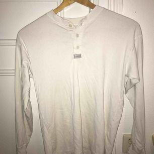 Jättesnygg basic Levis tröja köpt från Humana. Står storlek M men sitter även snyggt på S.