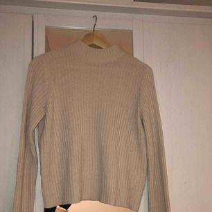 Stickad tröja i jätte fin neutral färg som sitter i en jätte fin passform! Högsta budet får den💕