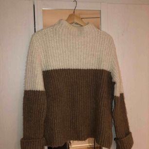 Mysig stickad tröja i en cool design! Sitter snyggt oversized! Högsta bud får den!💕
