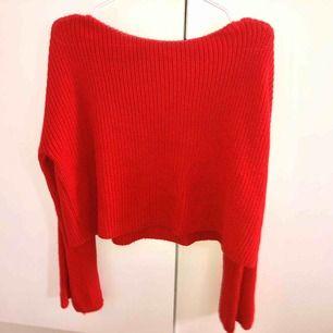 En superfin röd tröja som går att använda vardagligt och även till finare tillfällen. Den har stora armar nertill och använt den ett par få gånger.