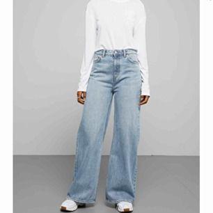 Säljer mina ACE-byxor från Weekday i storlek 26/30. Använda en gång och slutsålda överallt, säljer för 400kr + 60kr frakt 🥰