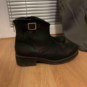 Johnny bulls skor låg modell (äldre modell). Storlek 38 men lite stora i storleken. Har vanligtvis 39 och de passar mig ☺️ Använda men i mycket fint skick!