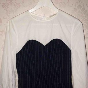 90-tals vibbar! Snygg skjorta med pösiga armar och svart och vitrandigt tyg. Aldrig kommit till användning, söker ny ägare. Har en likadan med rutmönstrat tyg, du får gärna köpa båda två!