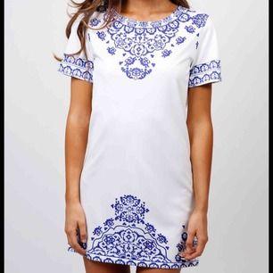 Säljer denna fina klänning, den är helt ny! Tips till skolavslutning/student✨💫🌟🌙 (storleken är som S)