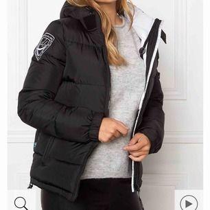 Säljer min dbrand jacka som är använd 1 vinter. Köpt för 1999kr. Köparen står för frakt 💞