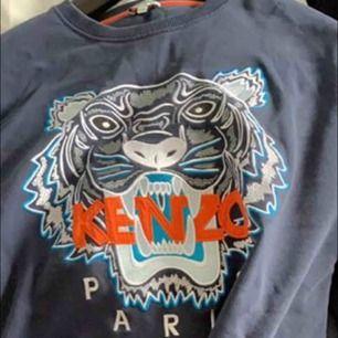 Kenzo Paris sweatshirt. Navy blue  Cond 8/10. Sparsamt använd  Storlek XXL men sitter som L/XL