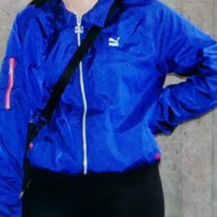 Snygg blå puma träningsjacka säljes!! Frakt ingår:)