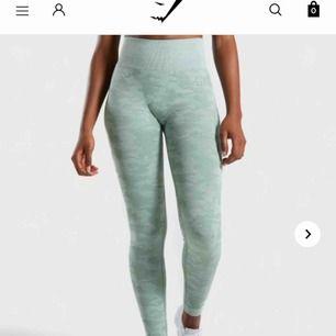 Helt nya gymshark tights, aldrig använda och forfarande i förpackning med lappar. Nypris: 750kr Säljer för 550 kr och jag står för frakten Storlek: M Säljer fler gymshark tights, se min profil