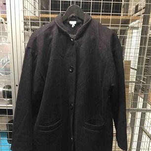 Svart knälång kappa från Monki😊 kan mötas i Stockholm annars står köpare för frakt 🌸