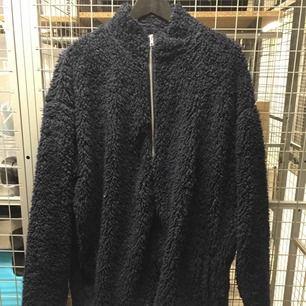 Mörkblå Teddyjacka från Asos 😊 använd men i bra skick 🌸 möts i Stockholm annars står köpare för frakt .