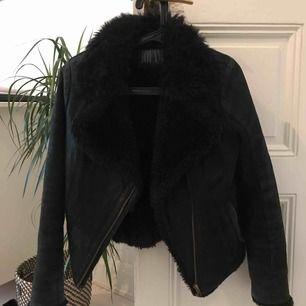 Jacka från Jofama. Säljer billigt då den är väl använd med har mycket kvar att ge. Kan hämtas upp i uppsala eller så står köparen för frakt.