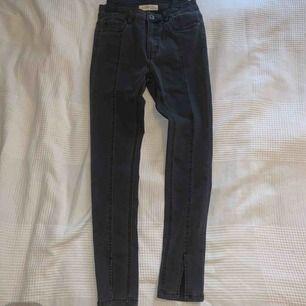 """Så snygga svarta jeans med """"grå tvätt"""" och slitsar!! Aldrig använda då de är för små (passar mer strlk 36)! Kan mötas upp annars står köparen för frakten😍"""