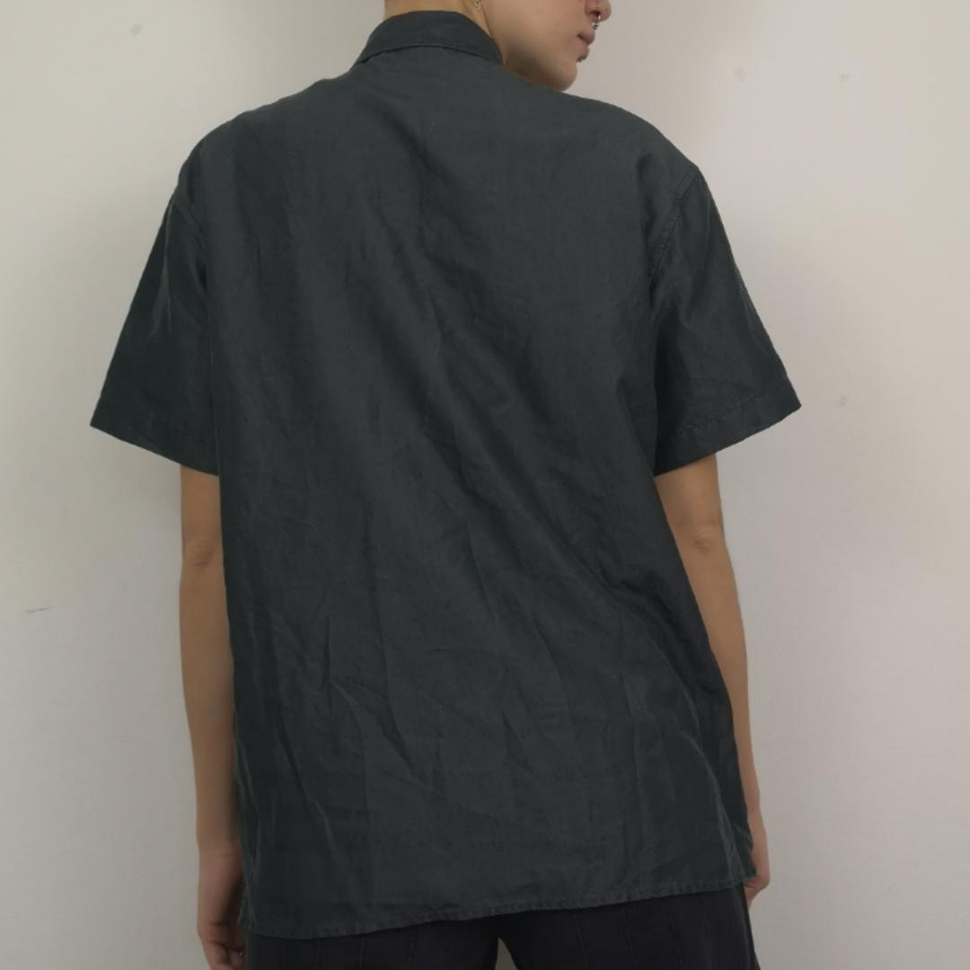 Skitsnygg skjorta med två sammetsdrakar på framsidan. Den gråa färgen på tyget är nästan glansig/skimrig i vissa ljus. Super y2k! Frakten för denna ligger på 36 kr, samfraktar gärna! 😌👍. Skjortor.