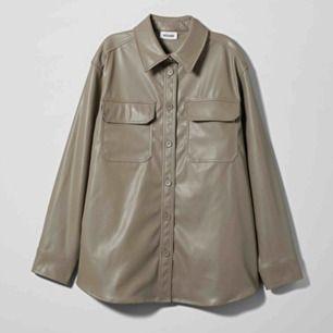 SÖKER!!! Någon som har och vill sälja denna skjorta från weekday i storlek xs/s?