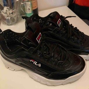 Säljer mina Fila Chunky sneakers i svart glans som dessutom är fodrade. Haft under ett år men bara använt ett fåtal gånger ⚡️