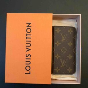 Louis Vuitton mobilskal med plats för kort för iPhone X/XS säljes pga ny telefon som ej passar. Telefonen fästs på svart klister som blivit torrt så tejp/klister behövs för att få fast telefonen. Mycket fint skick! Originalbox o äkthetsbevis.