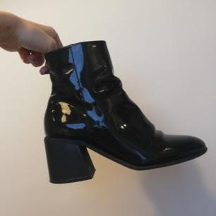 Svarta lackboots med snygg detalj på insidan vid dragkedjan i stl 40 från Forever 21. Har egentligen stl 38 men det var sista paret i affären så köpte dem ändå, har använt dem med dubbla strumpor.. Såå snygga men bättre att köpa några i rätt storlek. Lite märken på insidan av där skorna