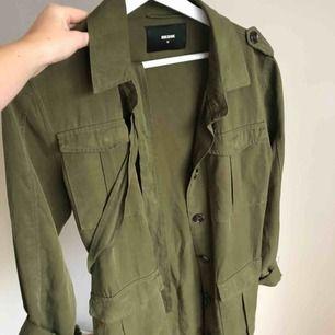 Skjorta från Bik Bok Storlek M men funkar på mig som har S/Xs, har ett bälte med