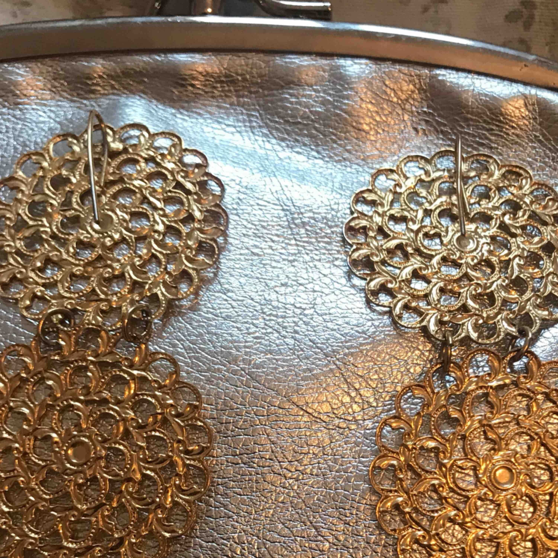 Långa örhänge (guldfärg) pris inkl frakten . Accessoarer.