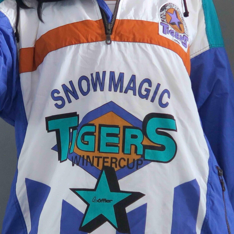 Vintage! ✨ One of a kind Snow magic tigers wintercup jacka 🏈 Strl L så sitter sådär oversize snyggt.  Pris: 850:- rek. frakt tillkommer.. Jackor.